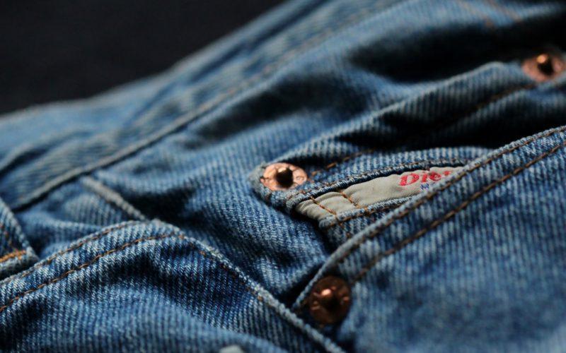 Przewodnik po krojach i fasonach damskich jeansów
